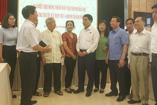 Chủ tịch UBND TP Nguyễn Đức Chung trao đổi cùng cử tri quận Hoàn Kiếm