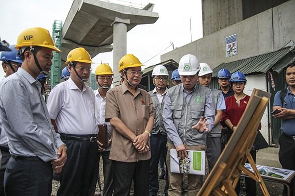 Đoàn Giám sát của Ủy ban Thường vụ Quốc hội nghe báo cáo tiến độ dự án đường sắt đô thị Nhổn - Ga Hà Nội tại công trường thi công nhà ga S8
