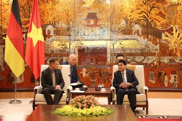 Chủ tịch UBND TP Nguyễn Đức Chung cùng Thị trưởng thành phố Leipzig Torsten Bonew trao đổi tăng cường hợp tác giữa hai bên