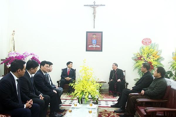 Chủ tịch UBND TP Hà Nội Nguyễn Đức Chung trao đổi cùng Tân Tổng Giám mục Tổng Giáo phận Hà Nội