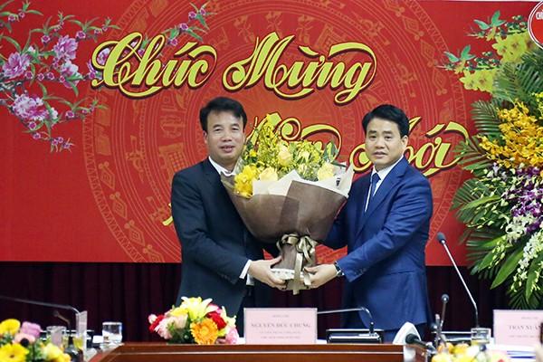 Chủ tịch UBND TP Nguyễn Đức Chung tặng hoa chúc mừng Cục Thuế Hà Nội