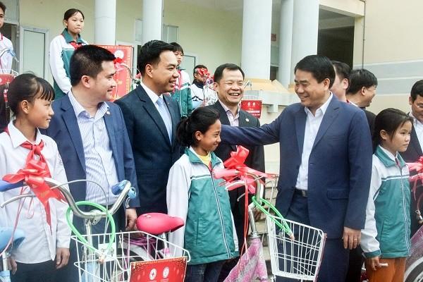 Chủ tịch UBND TP Nguyễn Đức Chung trò chuyện với các em học sinh vượt khó xã Đông Xuân, huyện Quốc Oai