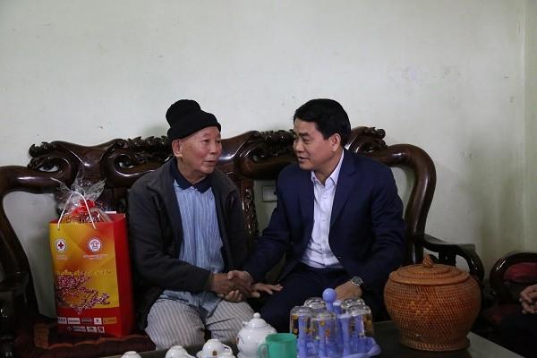 Chủ tịch UBND TP Nguyễn Đức Chung tặng quà Tết ông Bùi Văn Phong 83 tuổi, tại xã Đông Xuân, huyện Quốc Oai
