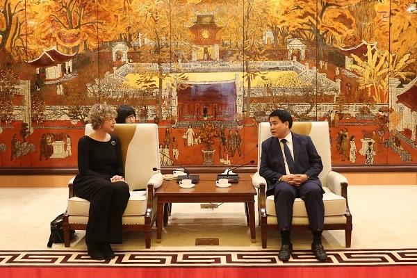 Chủ tịch UBND TP Hà Nội Nguyễn Đức Chung trao đổi với bà Elsbeth Akkerman, Đại sứ Hà Lan tại Việt Nam