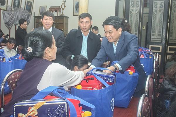 Chủ tịch UBND TP Nguyễn Đức Chung tặng quà Tết bà con giáo dân có hoàn cảnh khó khăn