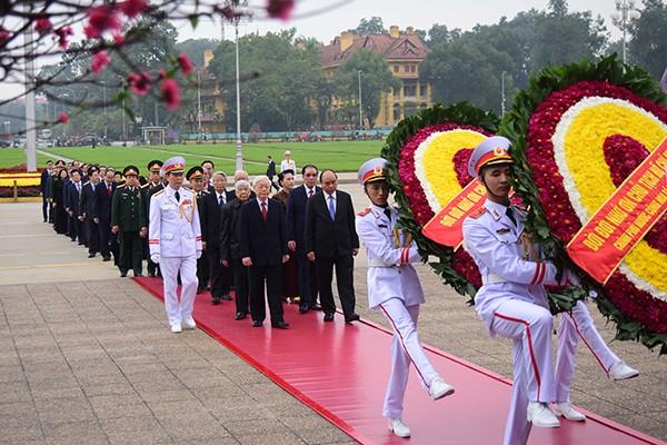 Các đồng chí lãnh đạo, nguyên lãnh đạo Đảng, Nhà nước, MTTQ Việt Nam vào Lăng viếng Chủ tịch Hồ Chí Minh