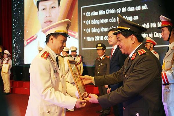 Trung tướng Đoàn Duy Khương, Giám đốc CATP Hà Nội trao Chứng nhận cho 10 gương mặt trẻ xuất sắc tiêu biểu CATP 2018