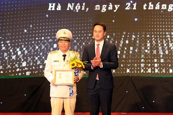Phó Chủ tịch Hội Liên hiệp thanh niên Việt Nam Nguyễn Kim Quy trao tặng Thiếu tướng Đoàn Ngọc Hùng, Phó Giám đốc CATP Kỷ niệm chương Vì thế hệ trẻ của Trung ương Đoàn