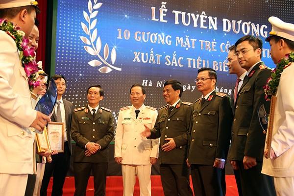 Trung tướng Đoàn Duy Khương, Giám đốc CATP cùng các đồng chí lãnh đạo trò chuyện với các gương mặt trẻ xuất sắc tiêu biểu CATP 2018