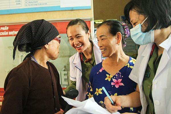 Y bác sỹ Bệnh viện CATP nhiệt tình thăm hỏi, khám chữa bệnh cho nhân dân