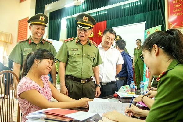 Thiếu tướng Đào Thanh Hải, Phó bí thư Đảng ủy, Phó Giám đốc CATP kiểm tra công tác tình nguyện phục vụ nhân dân ở UBND xã Minh Trí, huyện Sóc Sơn