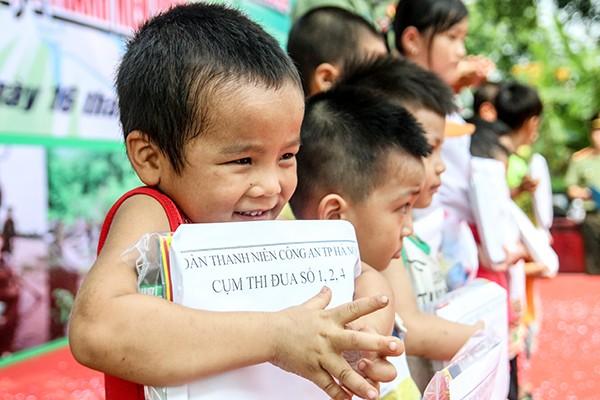 Niềm vui của các em học sinh nghèo vượt khó khi có sách vở cho năm học mới
