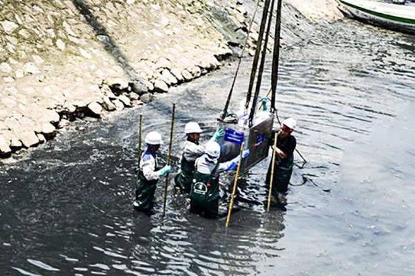 Chuyên gia Nhật Bản lắp đặt thiết bị làm sạch nước sông Tô Lịch ngày 16-5