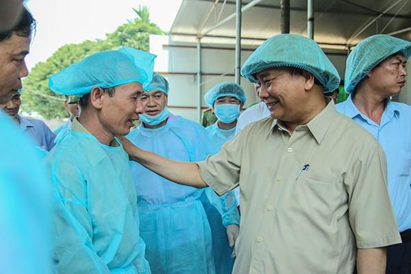Thủ tướng Nguyễn Xuân Phúc thăm hỏi động viên hộ chăn nuôi lợn bị dịch tả lợn châu Phi tại huyện Đông Anh, Hà Nội