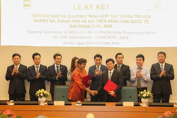 Chủ tịch UBND TP Nguyễn Đức Chung chứng kiến ký kết biên bản ghi nhớ hợp tác tuyên truyền giữa UBND TP Hà Nội và CNN