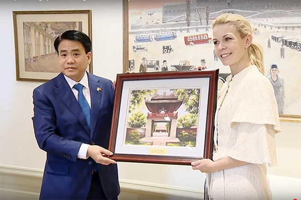 Chủ tịch UBND TP Hà Nội tặng
