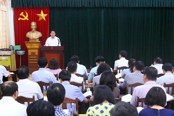 Chủ tịch UBND TP Nguyễn Đức Chung trao đổi với các học viên