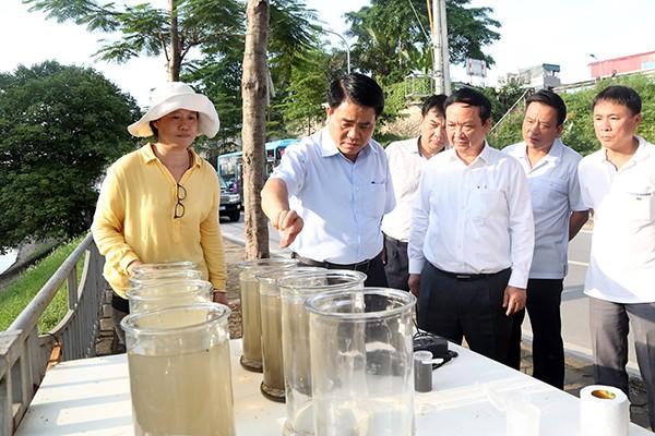 Chủ tịch UBND TP Nguyễn Đức Chung kiểm tra việc thử nghiệm làm sạch sông Tô Lịch bằng công nghệ châu Âu
