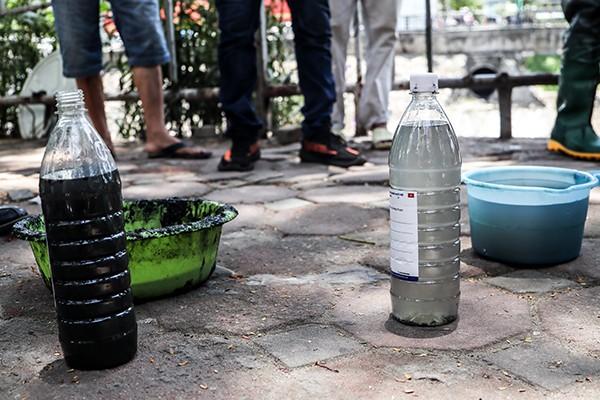 Dễ dàng nhận thấy mẫu nước ở đoạn thử nghiệm (bên phải) trong hơn nhiều so với đoạn khác