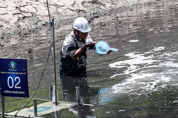 Chuyên gia Nhật Bản trực tiếp kiểm tra mùi hôi của nước sông Tô Lịch