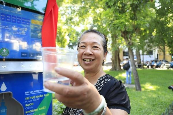 Người dân thích thú sử dụng và đánh giá cao tiện ích của máy lọc nước thông minh vừa được lắp đặt ở Hà Nội