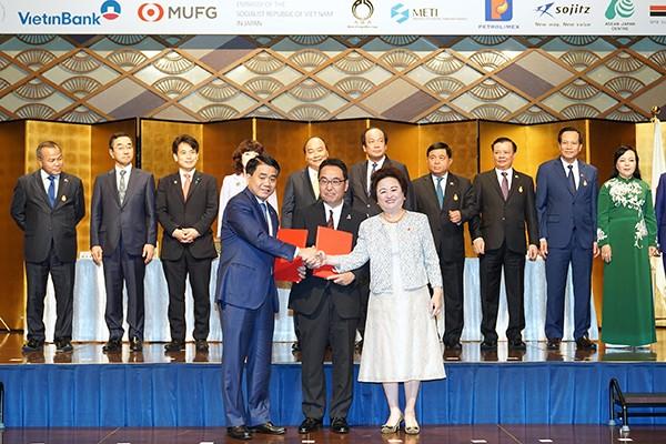 Thủ tướng Nguyễn Xuân Phúc chứng kiến việc ký kết bản ghi nhớ hợp tác đầu tư giữa Hà Nội, Tập đoàn Sumitomo và Tập đoàn BRG vào Hà Nội