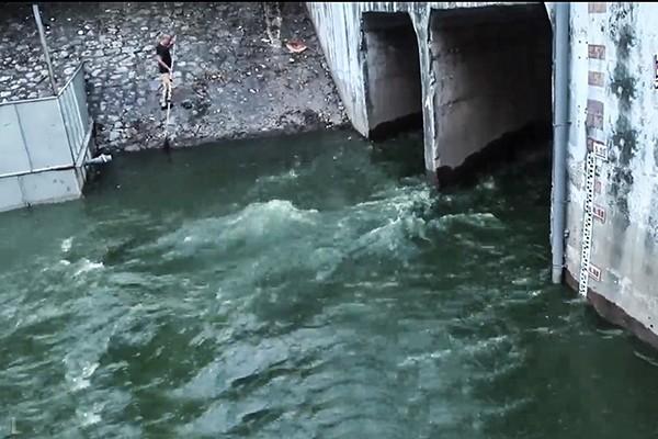 Công ty Thoát nước Hà Nội khẳng định việc tiếp tục xả nước hồ Tây vào sông Tô Lịch là cần thiết để phòng chống úng ngập