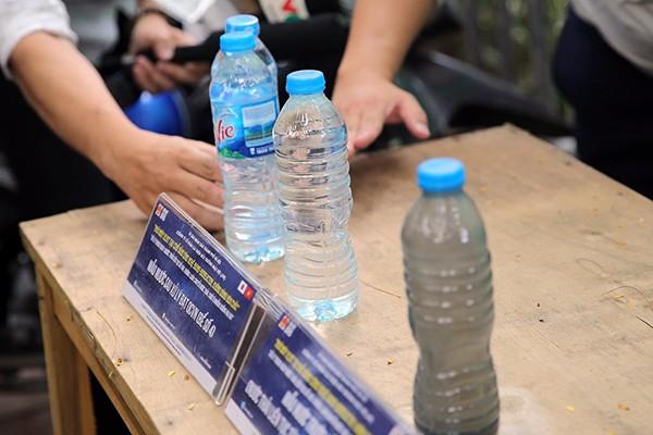 Từ phải qua là mẫu nước chưa xử lý, rồi đến chai nước đã xử lý xong và cuối cùng là chai nước tinh khiết