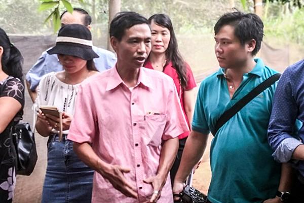 Ông Bí thư Đảng ủy xã nhiều tâm huyết của Đường Lâm (áo hồng)
