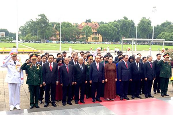 Các đồng chí lãnh đạo, nguyên lãnh đạo Đảng, Nhà nước, MTTQ Việt Nam đã tới đặt vòng hoa, vào Lăng viếng Chủ tịch Hồ Chí Minh