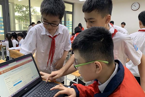 Học sinh trường Tiểu học Mai Dịch Hà Nội tìm hiểu các dịch vụ công trực tuyến