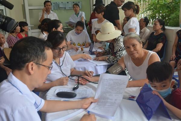 Hà Nội xét nghiệm, khám sức khỏe miễn phí cho người dân trong vùng ảnh hưởng của vụ cháy ở công ty Rạng Đông