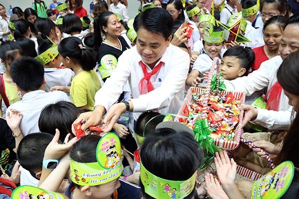 Chủ tịch UBND TP Nguyễn Đức Chung chia quà cho các em thiếu nhi