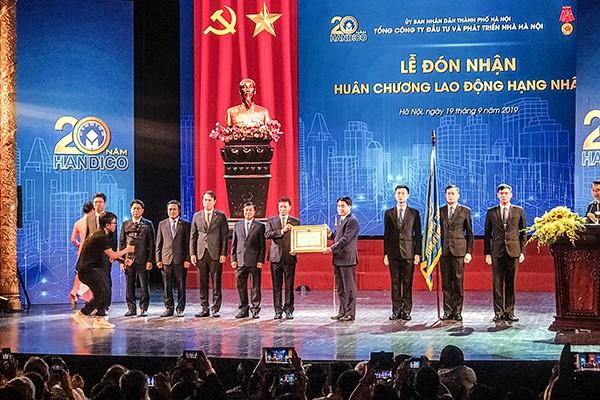 Thừa ủy quyền của Chủ tịch nước, Chủ tịch UBND TP Nguyễn Đức Chung trao Huân chương Lao động hạng Nhất cho