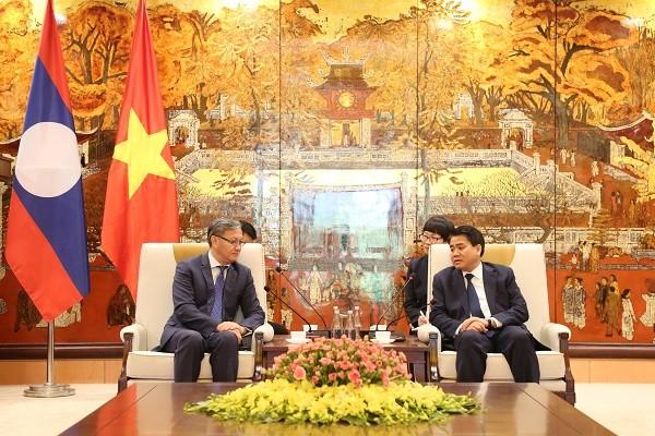 Chủ tịch UBND TP Nguyễn Đức Chung trao đổi với Đại sứ Thongsavanh Phomvihane