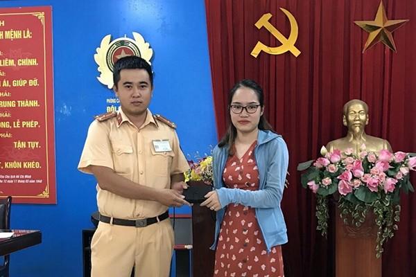 Thượng úy Nguyễn Quốc Hưng trả lại ví và toàn bộ tài sản cho chị Cao Thị Khuyên