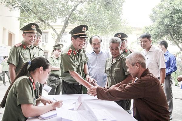 Thiếu tướng Đoàn Ngọc Hùng, Phó Giám đốc CATP thăm hỏi và kiểm tra công tác khám chữa bệnh miễn phí cho người dân ở xã Cao Viên, Thanh Oai, Hà Nội