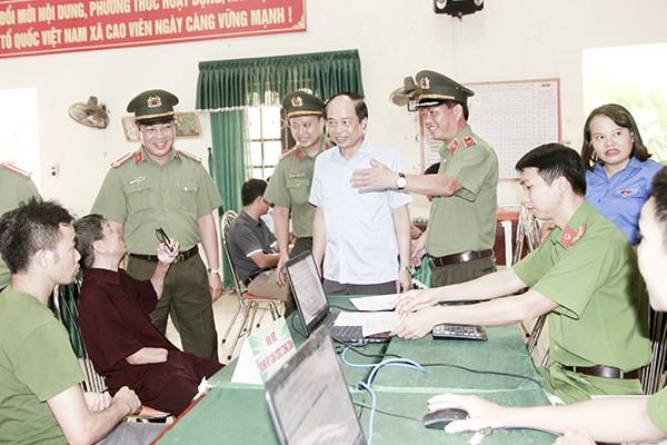 Thiếu tướng Đoàn Ngọc Hùng, Phó Giám đốc CATP Hà Nội kiểm tra công tác phục vụ nhân dân thực hiện thủ tục hành chính ở trụ sở UBND xã Cao Viên
