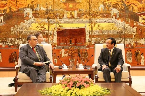 Phó Chủ tịch UBND TP Hà Nội Nguyễn Thế Hùng trao đổi cùng ông Kari Kahiluoto, Đại sứ Phần Lan