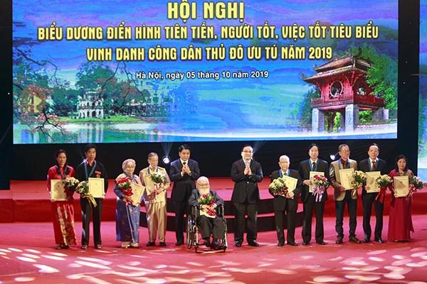 Bí thư Thành ủy Hoàng Trung Hải, Chủ tịch UBND TP Nguyễn Đức Chung chúc mừng 10 Công dân Thủ đô ưu tú 2019