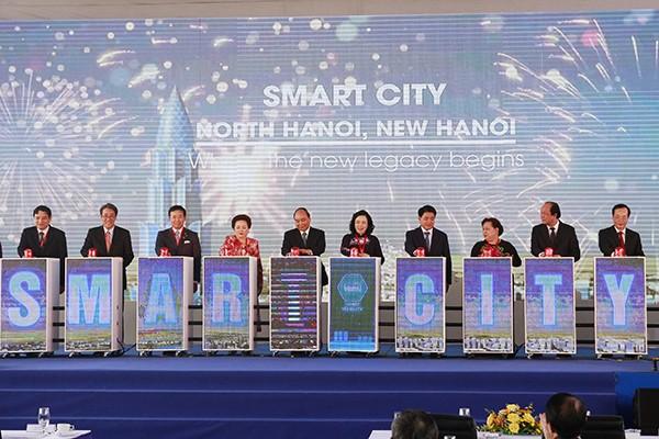 Thủ tướng Nguyễn Xuân Phúc cùng các đại biểu thực hiện nghi lễ bấm nút động thổ dự án