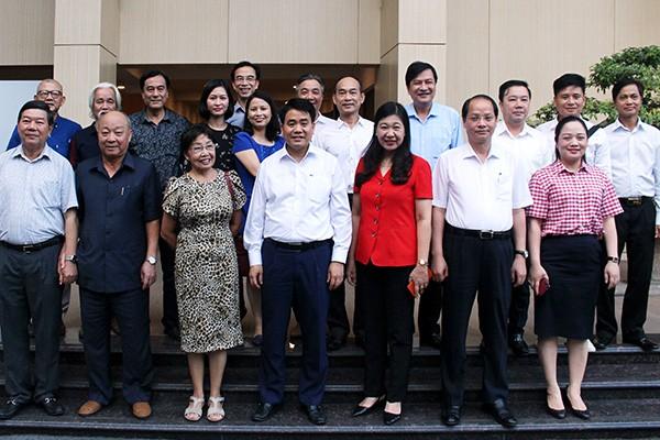 Chủ tịch UBND TP Nguyễn Đức Chung cùng các đồng chí lãnh đạo Hà Nội và các văn nghệ sỹ, trí thức tiêu biểu
