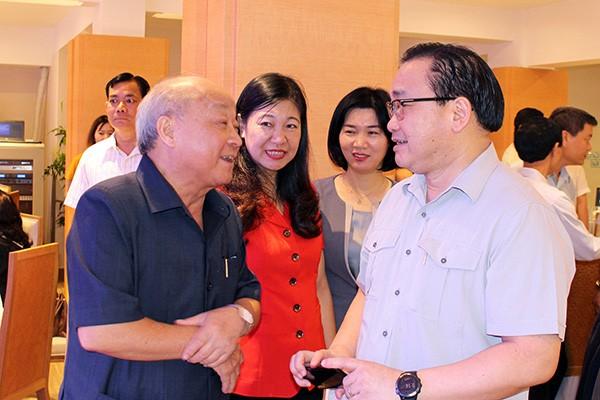 Bí thư Thành ủy Hà Nội Hoàng Trung Hải trao đổi với đồng chí Nguyễn Quốc Triệu, nguyên Trưởng Ban Chăm sóc sức khỏe cán bộ trung ương, nguyên Bộ trưởng Bộ Y tế, nguyên Chủ tịch UBND TP Hà Nội