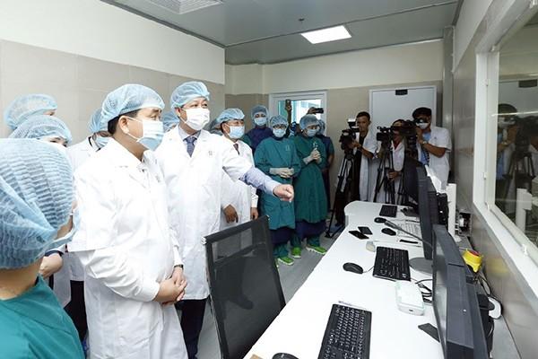 Chủ tịch UBND thành phố Hà Nội Nguyễn Đức Chung cùng lãnh đạo Bộ Y tế kiểm tra thực tế phòng mổ hiện đại