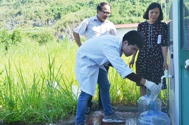 Trung tâm Kiểm soát bệnh tật thành phố Hà Nội lấy mẫu nước tại nhà máy nước sạch sông Đà.