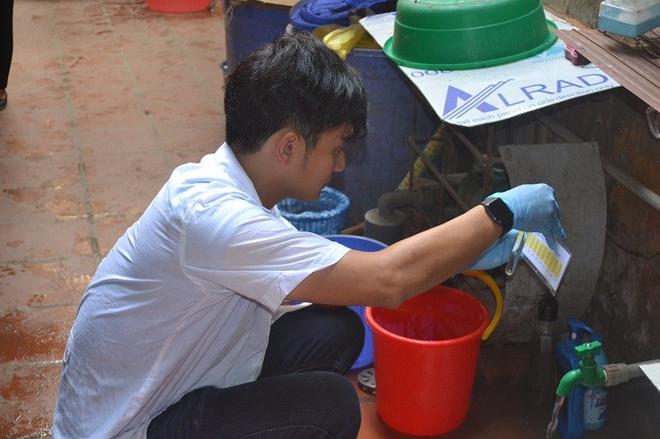 Trung tâm Kiểm soát bệnh tật Hà Nội test nhanh mẫu nước nhà máy sông Đà ở các hộ dân