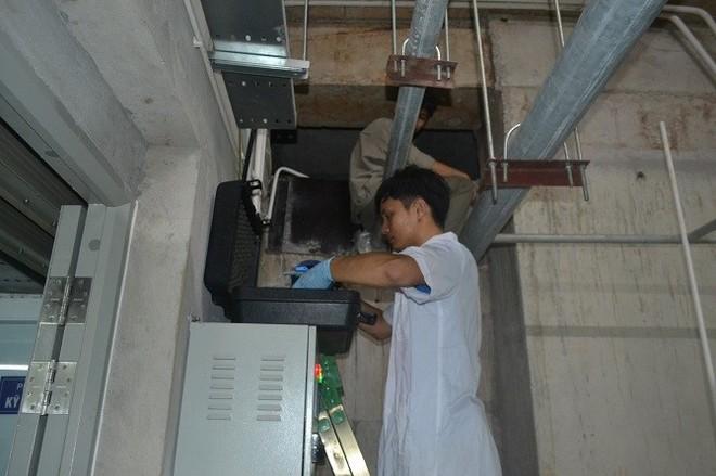 Trung tâm Kiểm soát bệnh tật TP Hà Nội lẫy mẫu nước nhà máy sông Đà tại các khu chung cư