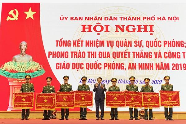 Chủ tịch UBND TP Nguyễn Đức Chung trao tặng cờ đơn vị xuất sắc dẫn đầu phong trào thi đua của TP
