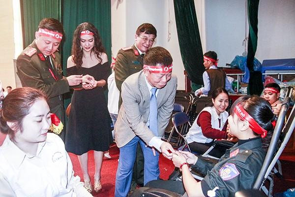 Các đồng chí lãnh đạo thăm hỏi động viên thanh niên CATP tình nguyện hiến máu cứu người