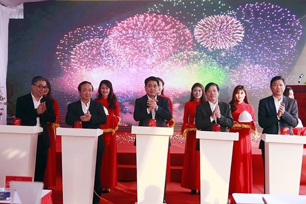 Chủ tịch UBND TP Nguyễn Đức Chung cùng các đại biểu bấm nút khởi công dự án